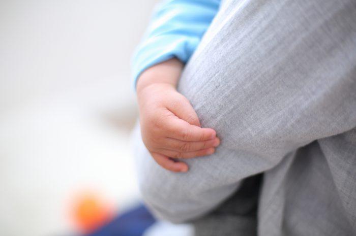 1歳男の子の誕生日記念撮影。ぎゅっとつかんだ小さな手。