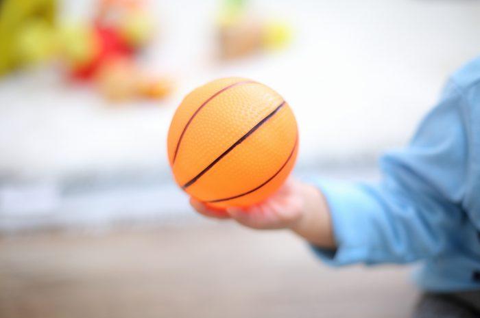 1歳男の子の誕生日記念撮影。大好きなボールと一緒に。