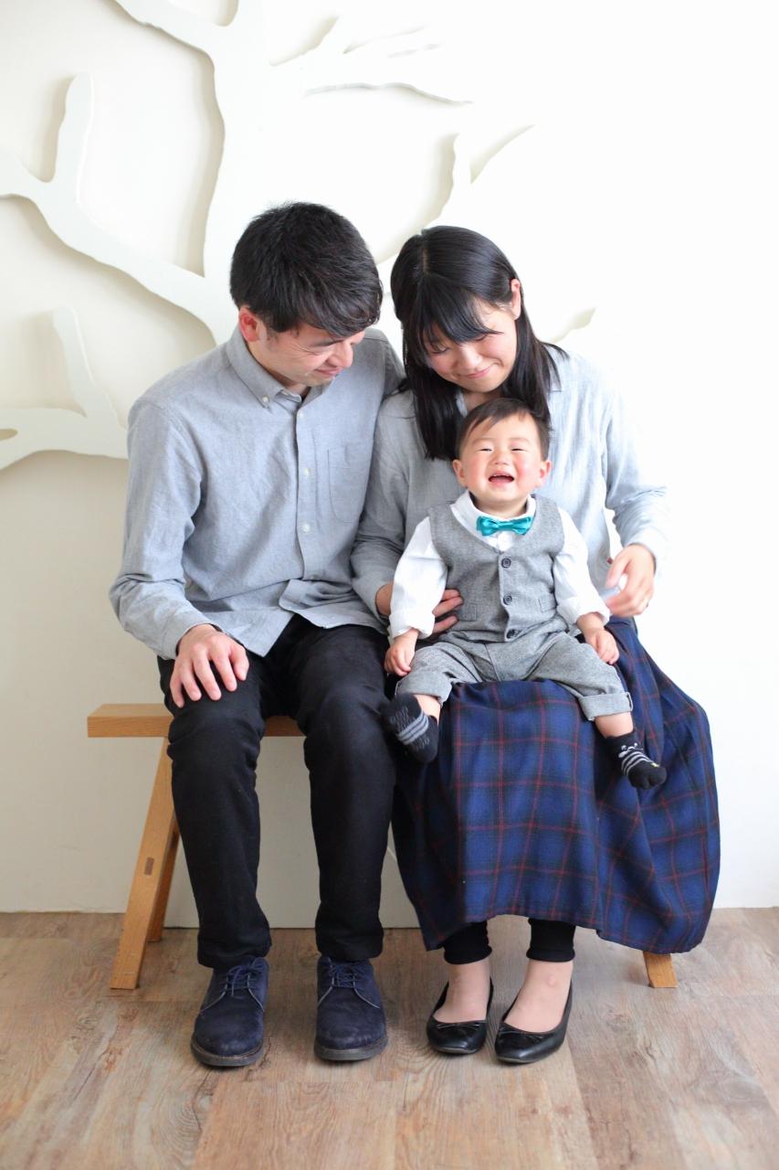 1歳男の子の誕生日記念撮影。パパとママと一緒に。いい笑顔。