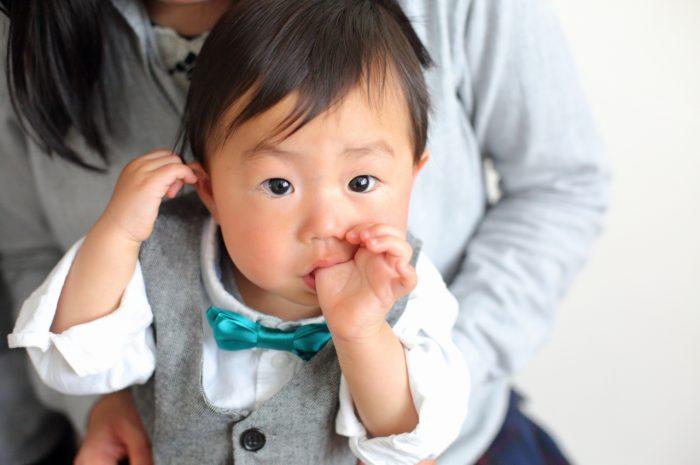 1歳男の子の誕生日記念撮影。指しゃぶりもいい思い出に。