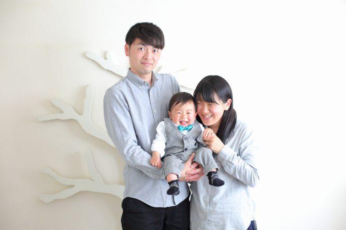 1歳男の子の誕生日記念撮影。家族3人で記念写真。蝶ネクタイが似合ってる。