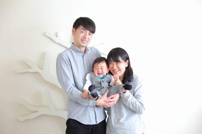 1歳男の子の誕生日記念撮影。家族3人で記念写真。お揃いコーデがかわいい。
