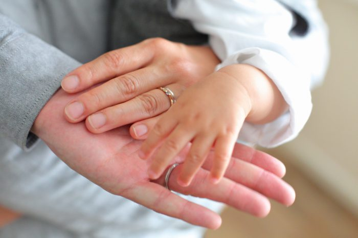 1歳男の子の誕生日記念撮影。手を合わせて。