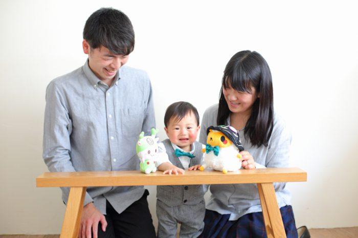 1歳男の子の誕生日記念撮影。家族で色をあわせたお揃いコーデ。