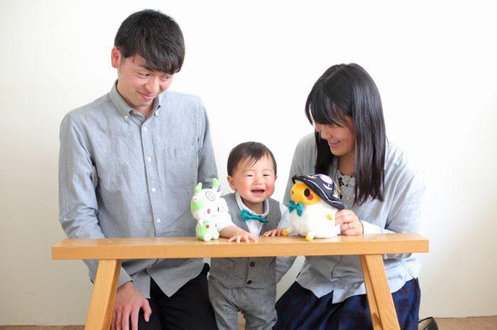 1歳男の子の誕生日記念撮影。家族一緒の記念撮影。