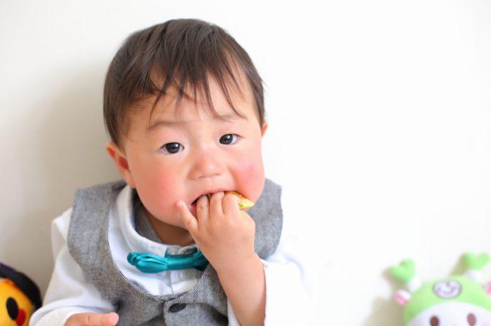 1歳男の子の誕生日記念撮影。手作りおやつと一緒に。
