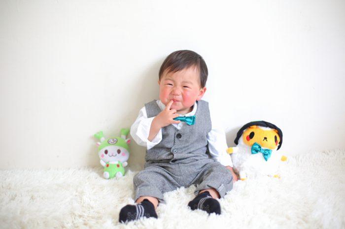 1歳男の子の誕生日記念撮影。大好きなぬいぐるみと一緒に。