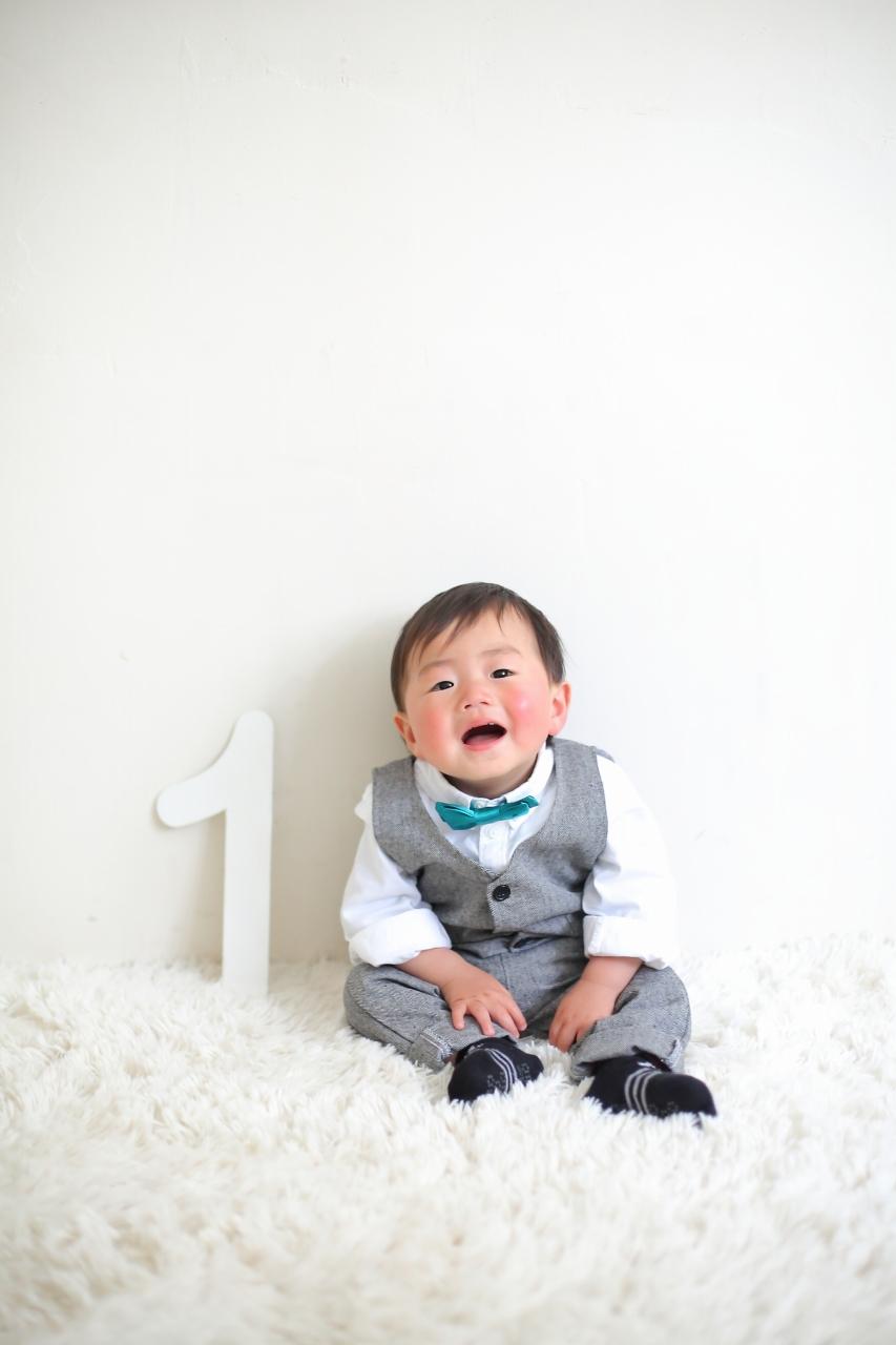 1歳男の子の誕生日記念撮影。1歳の数字パネルの小物が大人気。