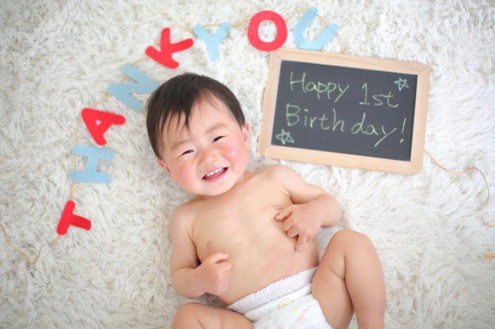 1歳男の子の誕生日記念撮影。笑顔いっぱい!
