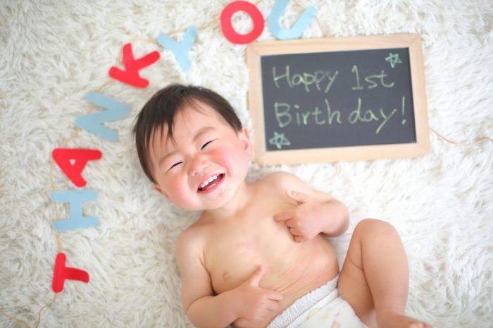 1歳男の子の誕生日記念撮影。両親からのメッセージと一緒に。