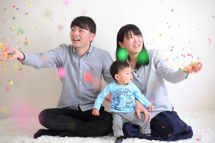 1歳男の子の誕生日記念撮影。紙吹雪でお祝い。
