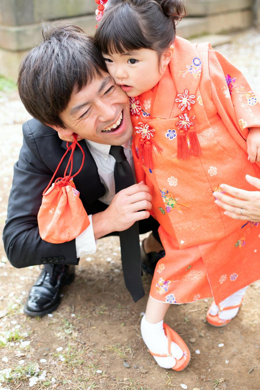 パパの笑顔がまぶしい。3歳女の子七五三出張撮影。