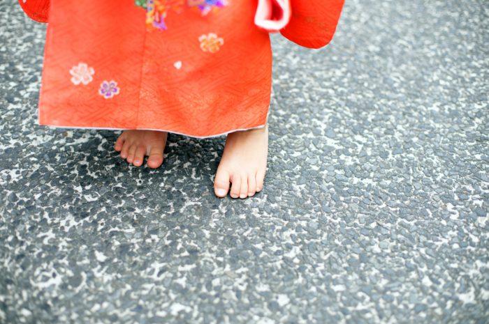 裸足がかわいい。3歳七五三出張撮影。