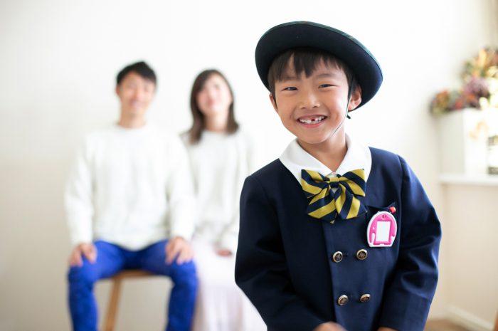 幼稚園の制服を着て卒園写真