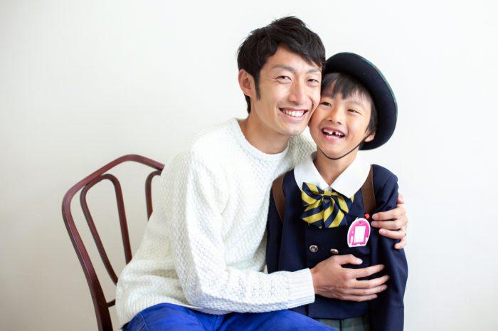 幼稚園の制服を着てパパと一緒に卒園記念写真撮影