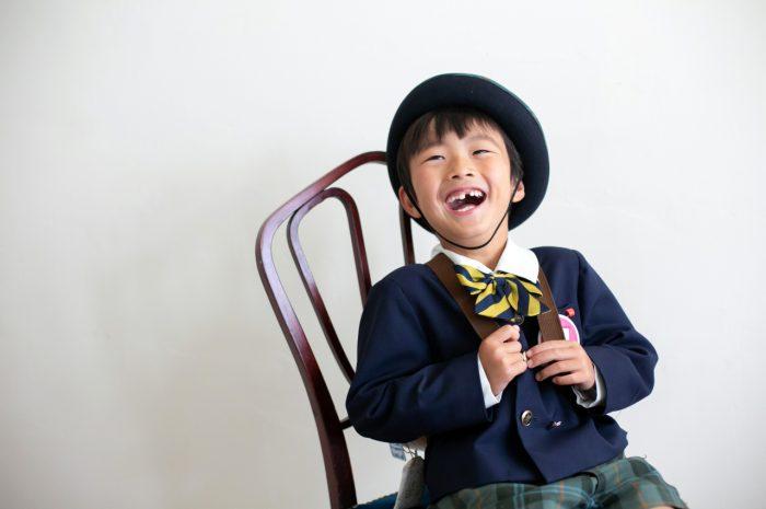 幼稚園の制服でスタジオで卒園写真