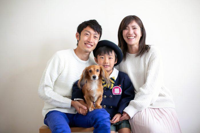 ワンちゃんと一緒に家族で卒園写真