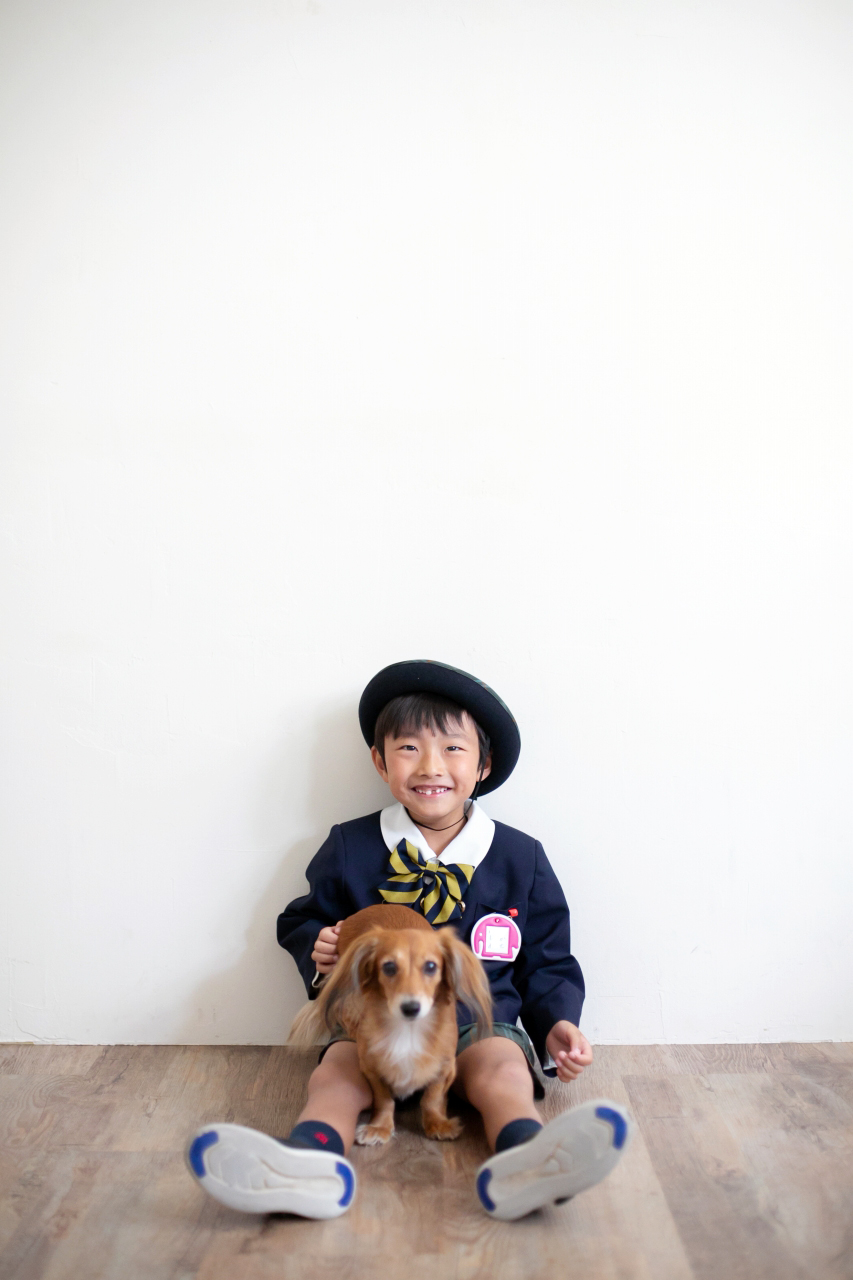 ワンちゃんと一緒に幼稚園の制服を着て撮影