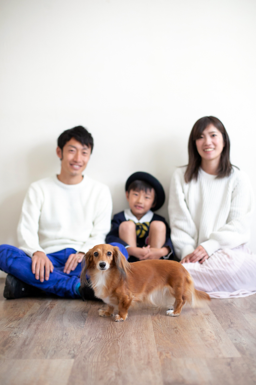 ワンちゃんと一緒に家族写真撮影