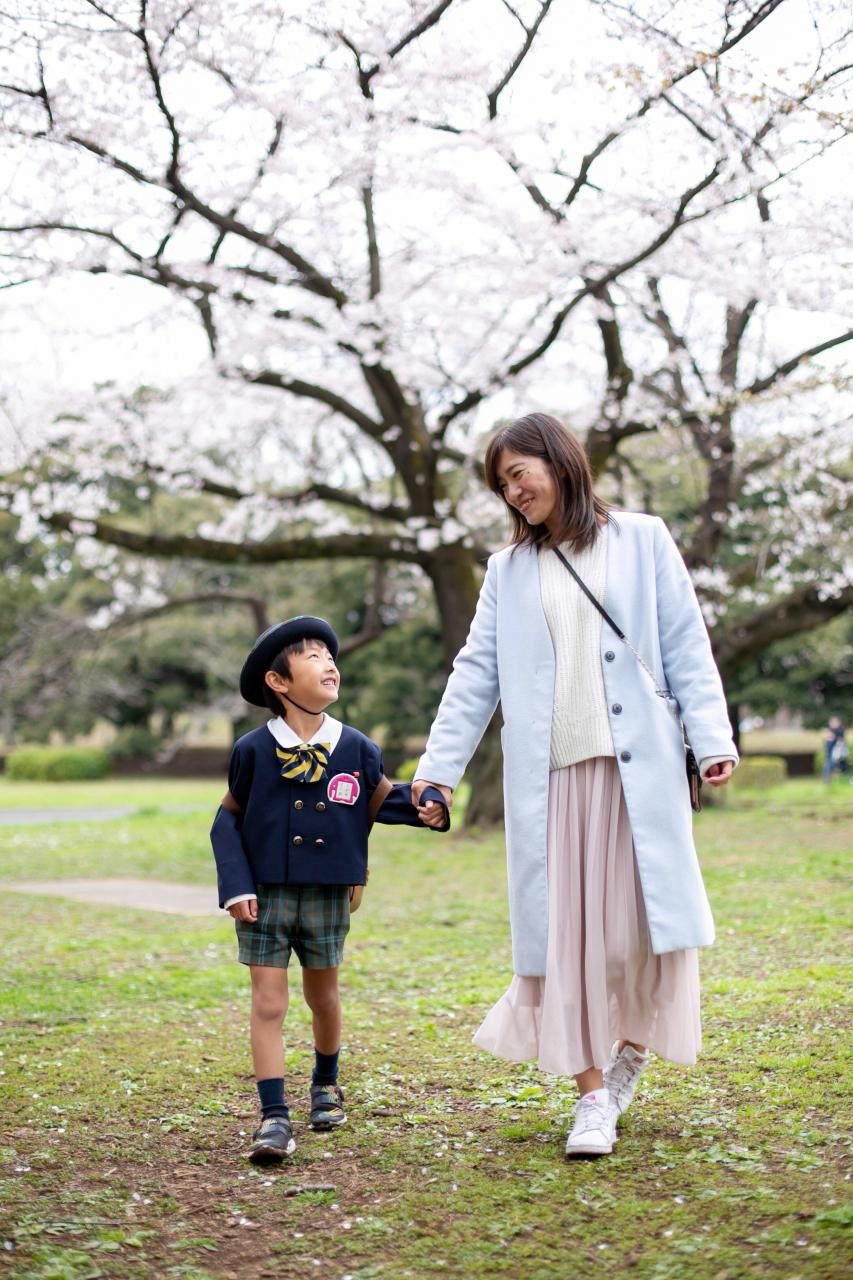代々木公園でママと一緒に入学記念写真