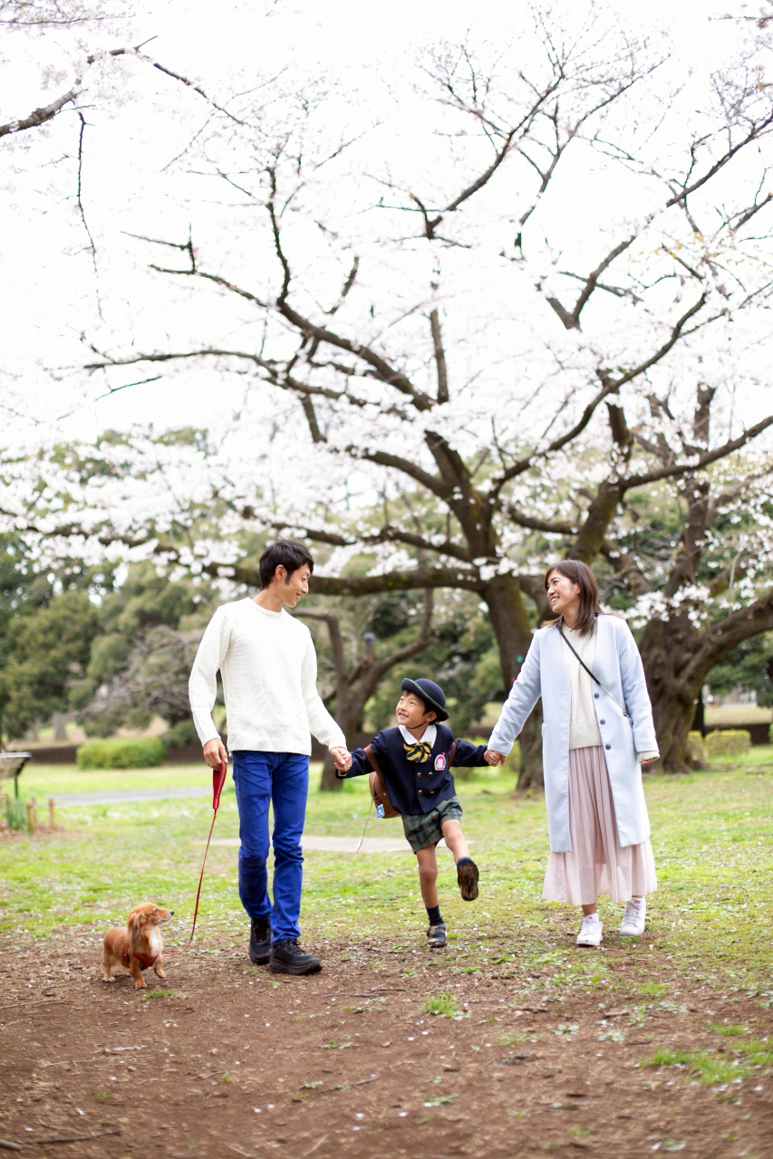 代々木公園で家族一緒に入学記念写真2