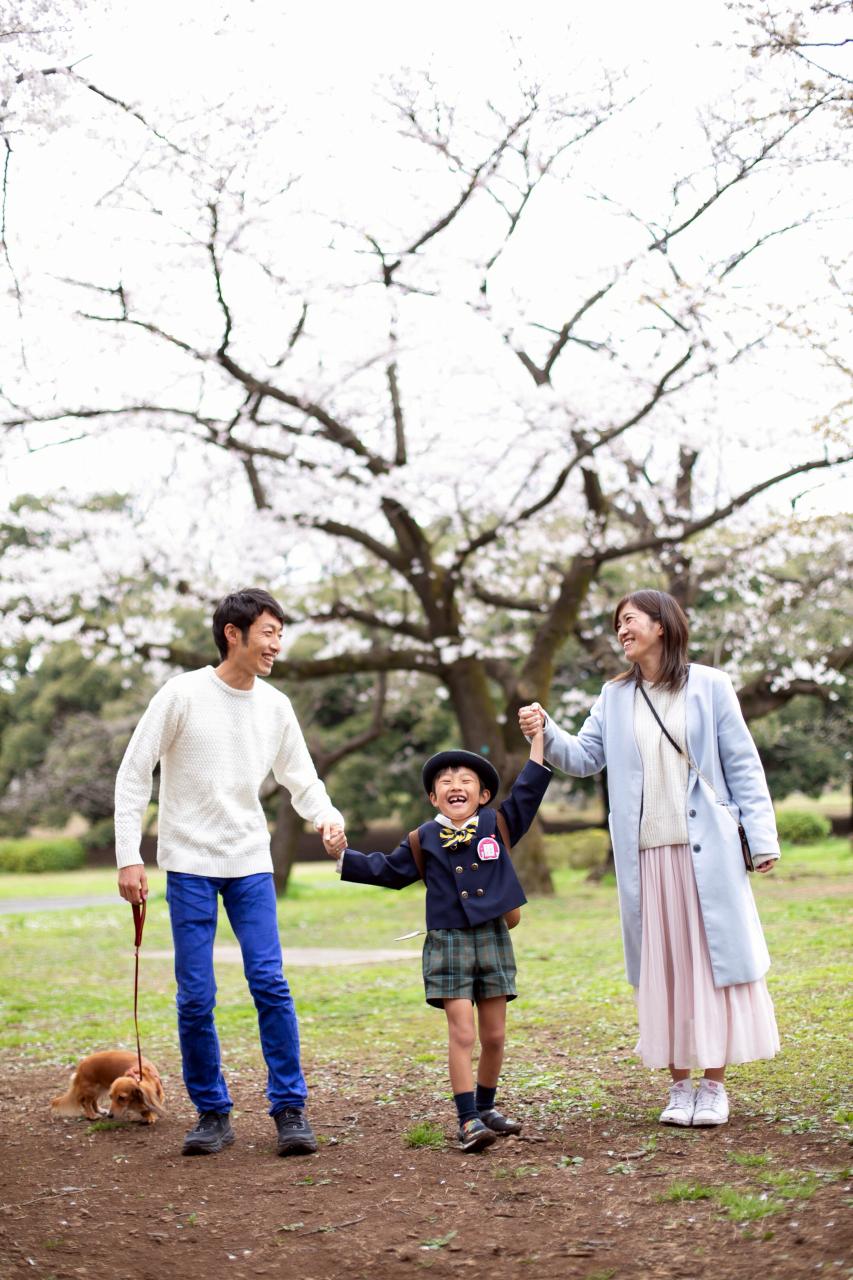 代々木公園で家族一緒に入学記念写真3
