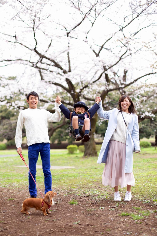 代々木公園で家族一緒に入学記念写真4