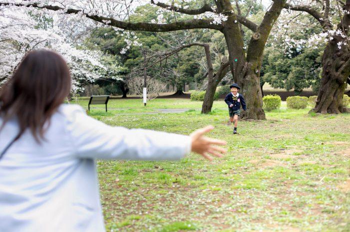 代々木公園で家族一緒に入学記念写真6