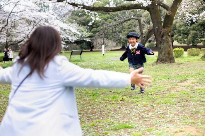代々木公園で家族一緒に入学記念写真7