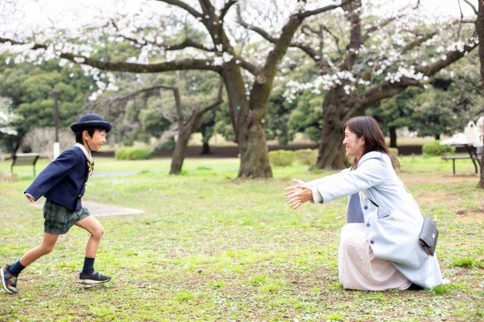 代々木公園で家族一緒に入学記念写真9