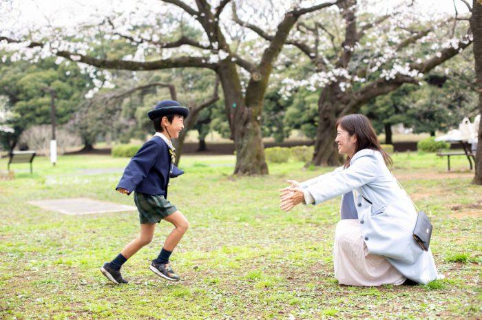 代々木公園で家族一緒に入学記念写真10