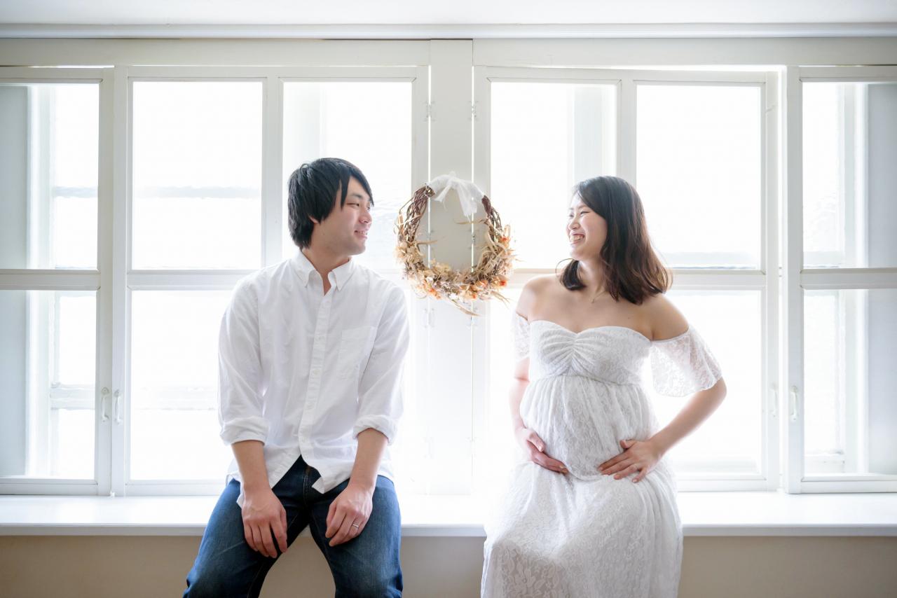 白ドレスでマタニティフォト。外光いっぱいのスタジオ