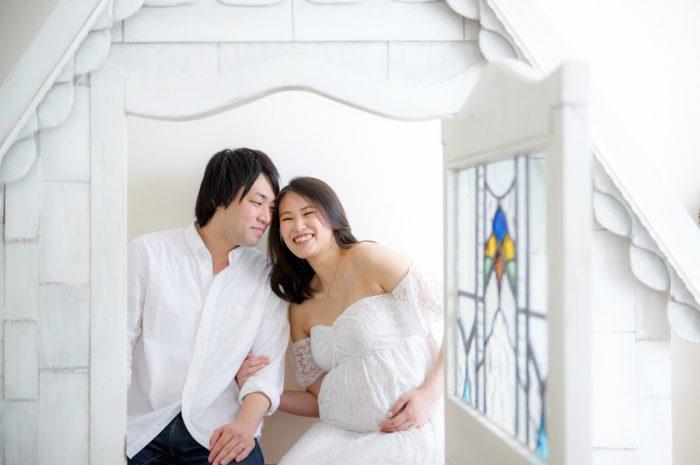 白ドレスでマタニティフォト。ダウンヘアで色っぽく