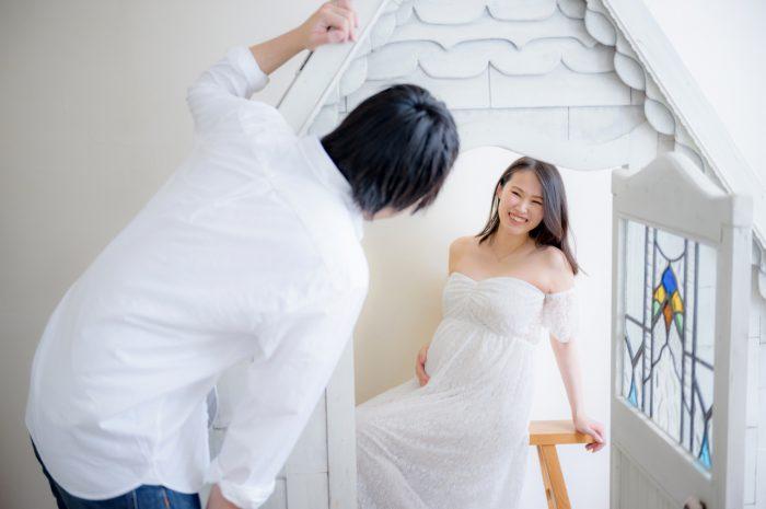 白ドレスでマタニティフォト。ロングヘアが色っぽい