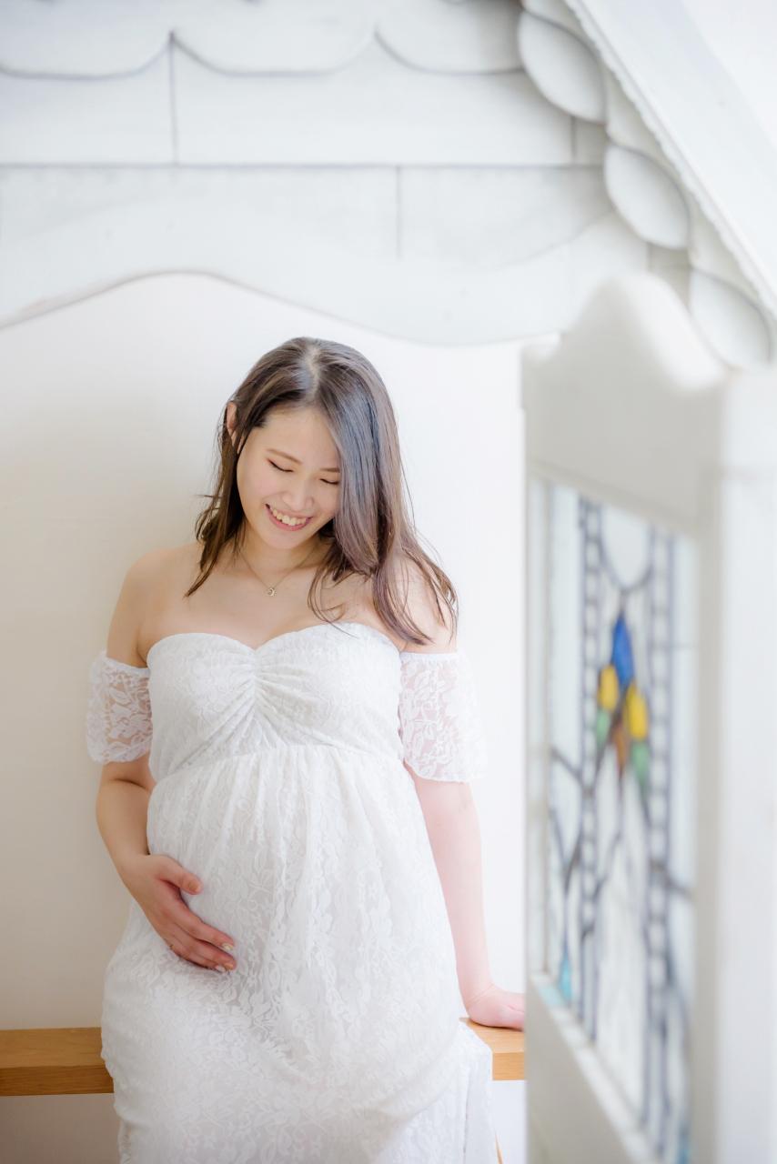 白ドレスでマタニティフォト。愛しい時間