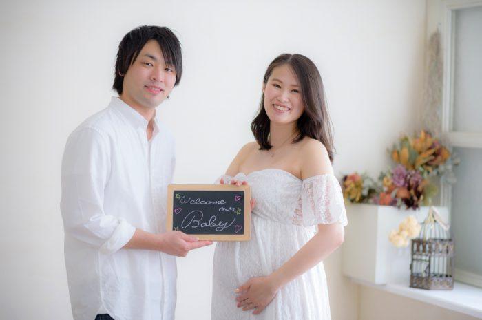 白ドレスでマタニティフォト。パパとママはまってるよ~。