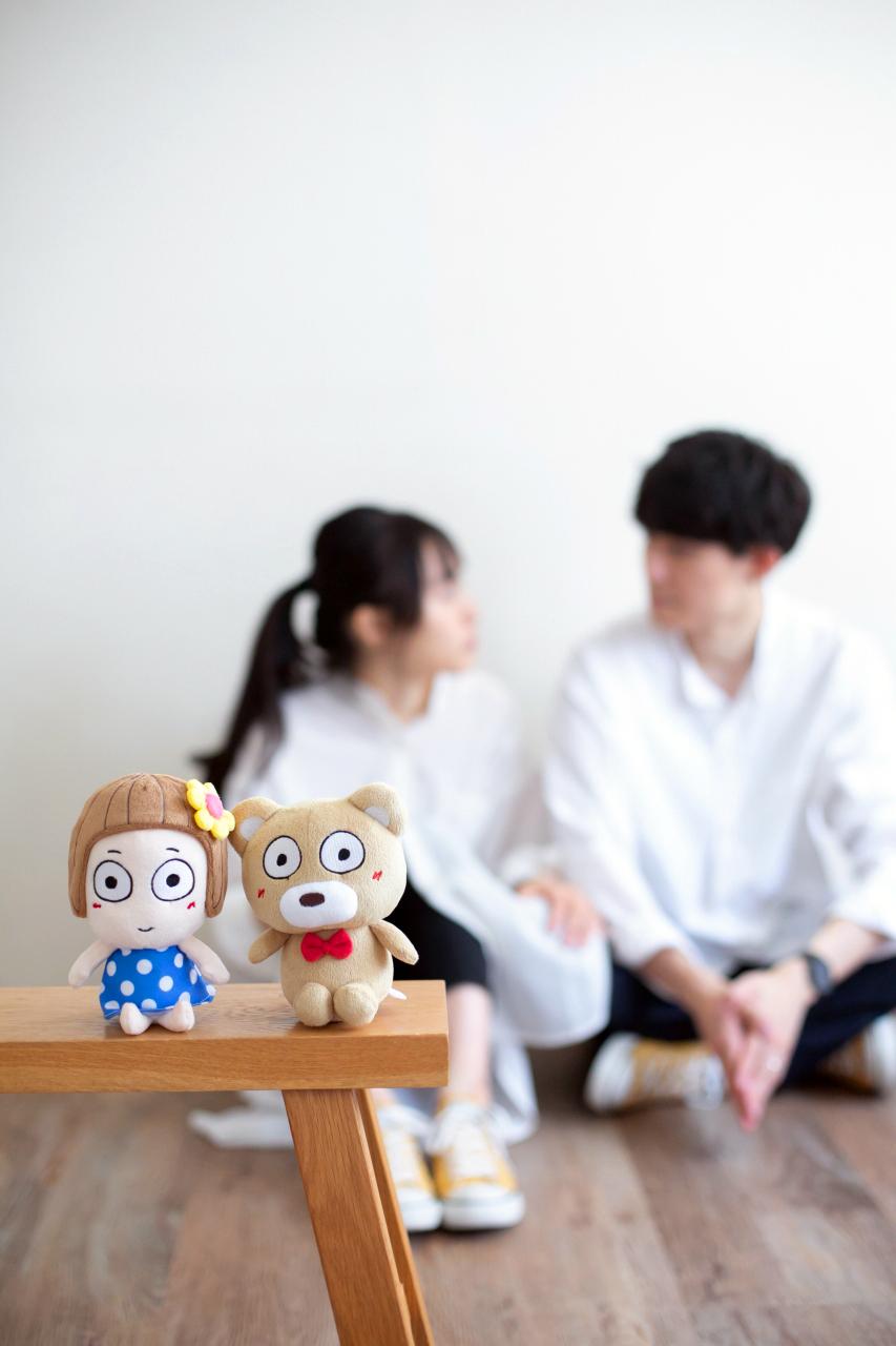 美男美女のカップル撮影。仲良しカップル。思い入れのある人形と