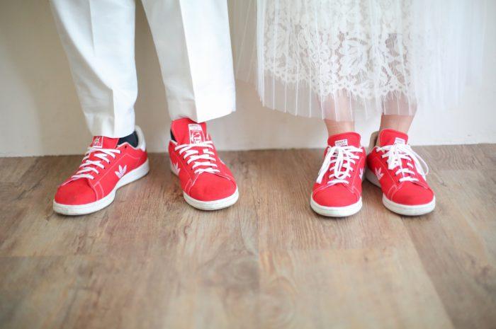 マタニティフォト,外光たっぷりのオーガニックなスタジオ。リンクコーデが素敵。赤い靴が差し色