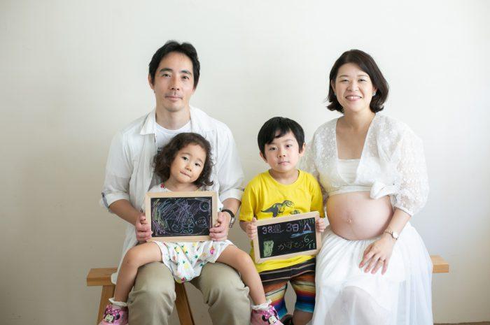 38週のマタニティフォト,もうすぐ出産!お兄ちゃんとお姉ちゃんが待ってるよ!黒板の小物が素敵でしょ