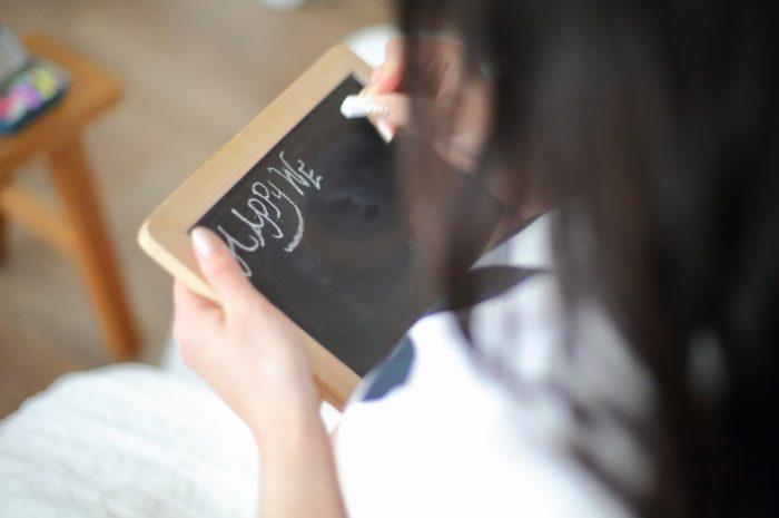 マタニティフォト,外光たっぷりのオーガニックなスタジオ。黒板にメッセージを書いている様子を撮影