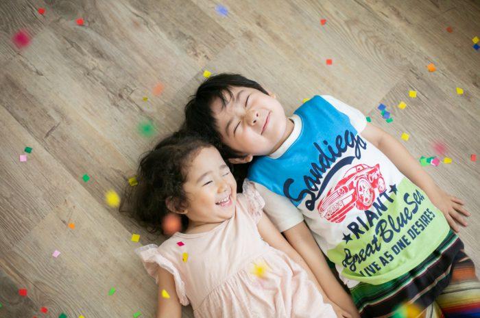 兄妹写真がかわいい!紙吹雪でもっと楽しく、笑顔撮影