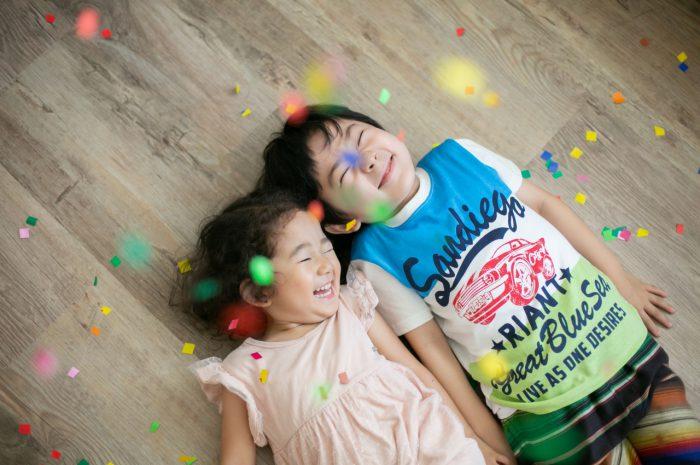 兄妹写真がかわいい!紙吹雪でもっと楽しく、笑顔いっぱい