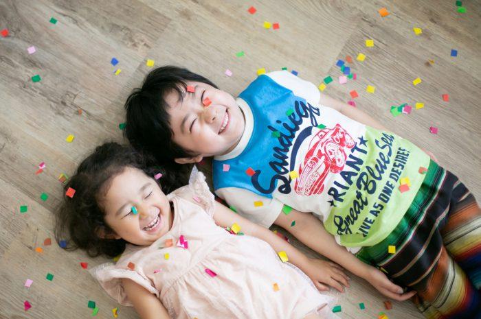 兄妹写真がかわいい!紙吹雪でもっと楽しく