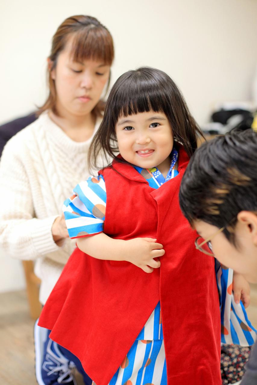 3歳女の子七五三撮影,1歳の妹と一緒に。お姉ちゃんのお着替えシーン