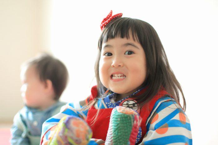 3歳女の子七五三撮影,1歳の妹と一緒に。おちゃらけ顔がかわいい