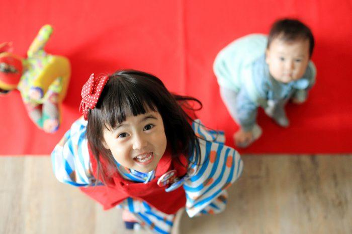 3歳女の子七五三撮影,1歳の妹と一緒に。いい笑顔のお姉ちゃん