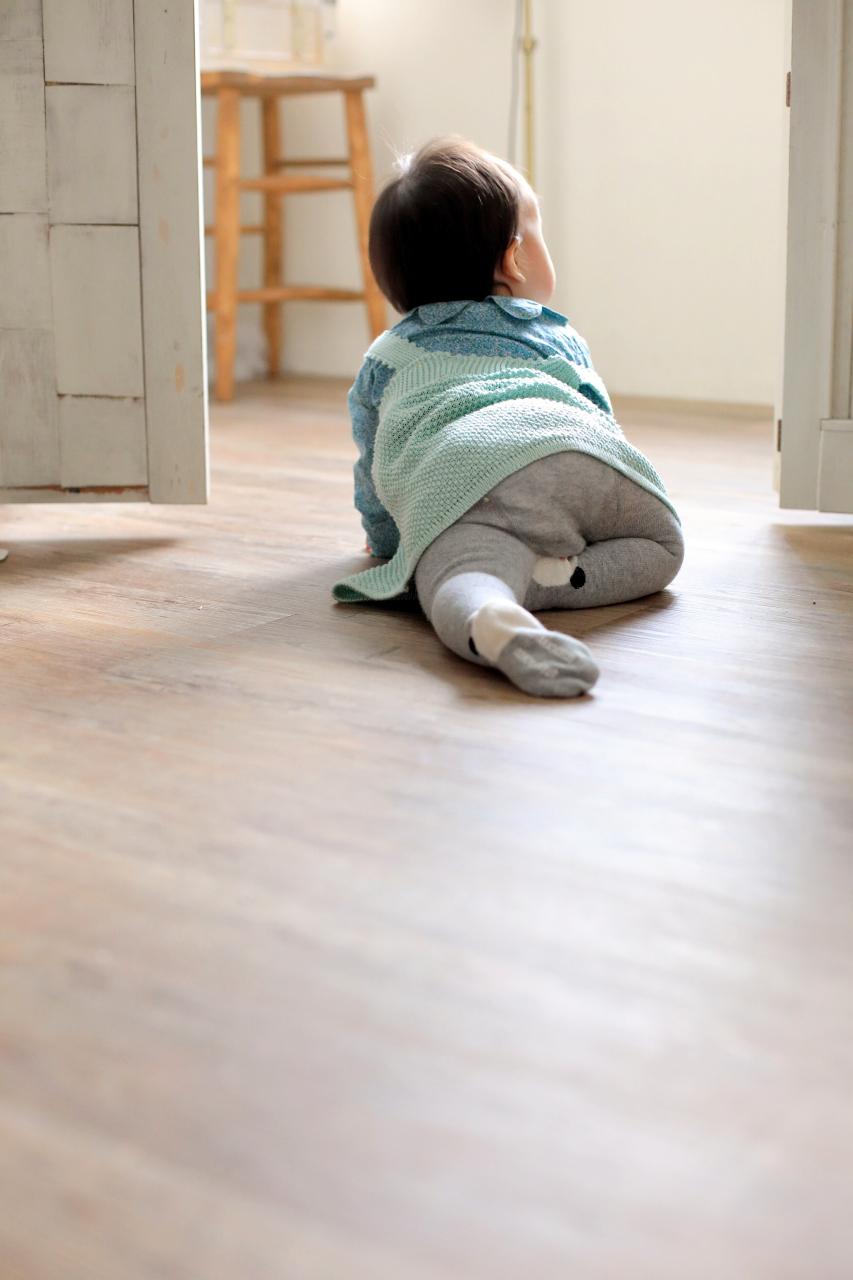 1歳女の子。ハイハイもしっかり写真で残したい