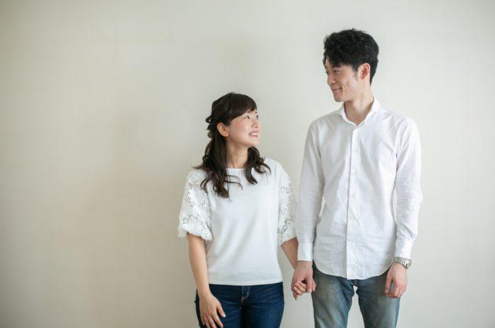 付き合って1周年記念撮影,リンクコーデが素敵,ジーンズと白シャツのリンクコーデがさわやか
