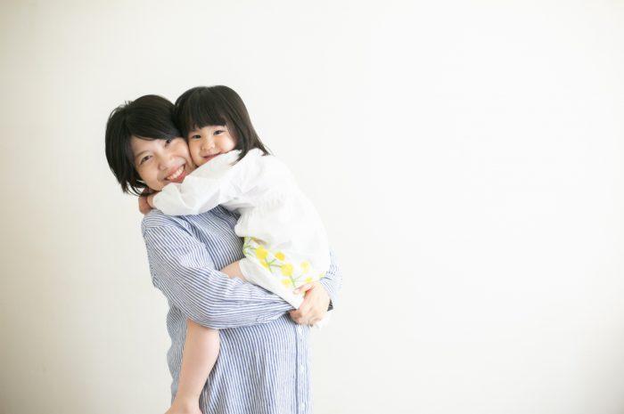 家族一緒のマタニティフォト。ママを独り占めできるうちにたくさんぎゅーしよう!ぎゅー!