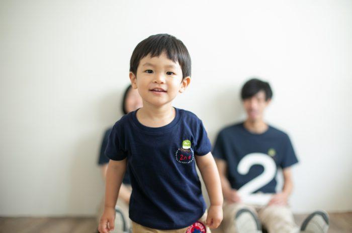 2歳男の子と一緒の家族撮影。お揃いのTシャツ。親子リンクコーデが素敵!2歳男の子かわいい!
